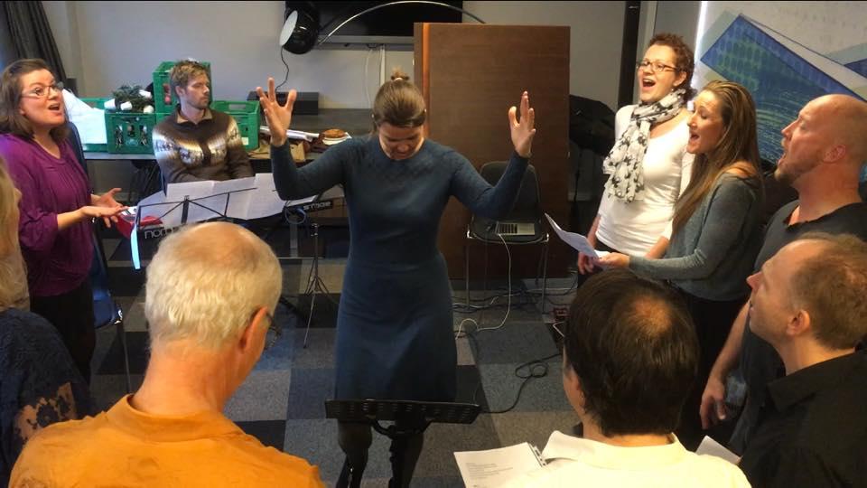 Følg lederen. Susanne Ørum dirigerer ved teambuilding med sang