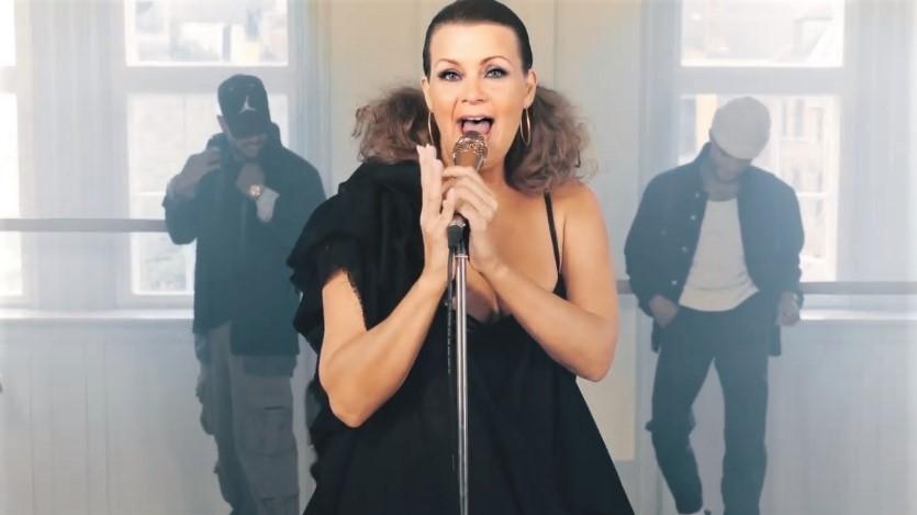 Der spares ikke på virkemidlerne, når Susanne Ørum laver sine musikvideoer