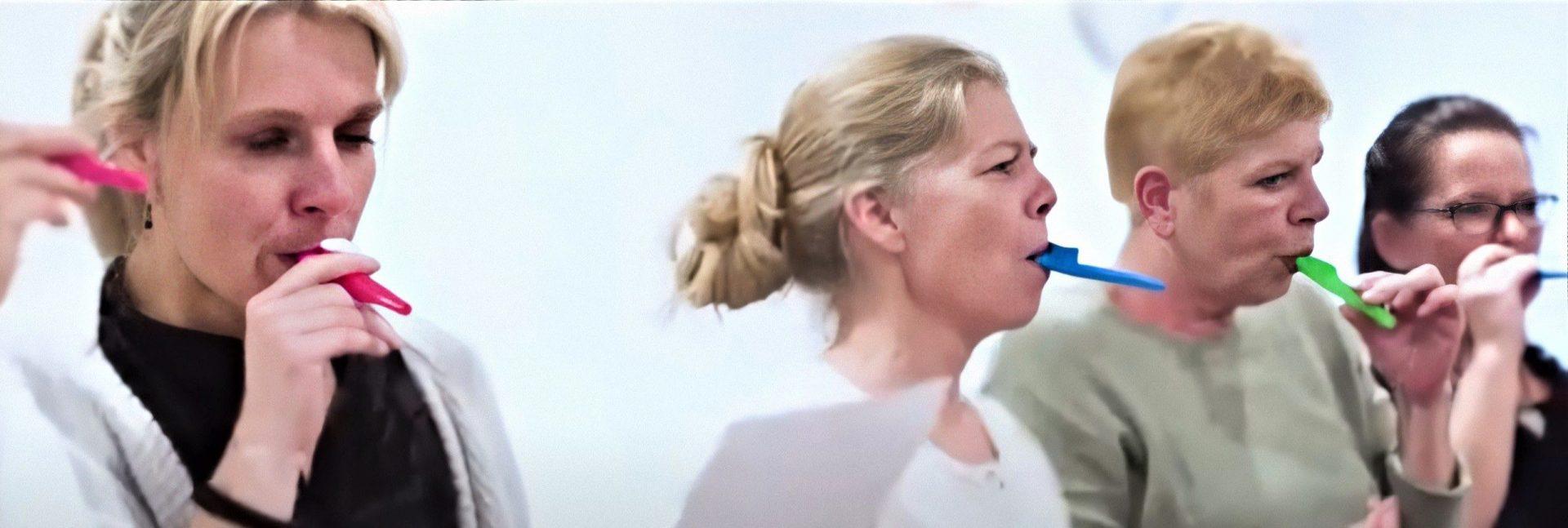 Man stemmetræner bl.a. med en såkaldt kazoo hos Susanne Ørum